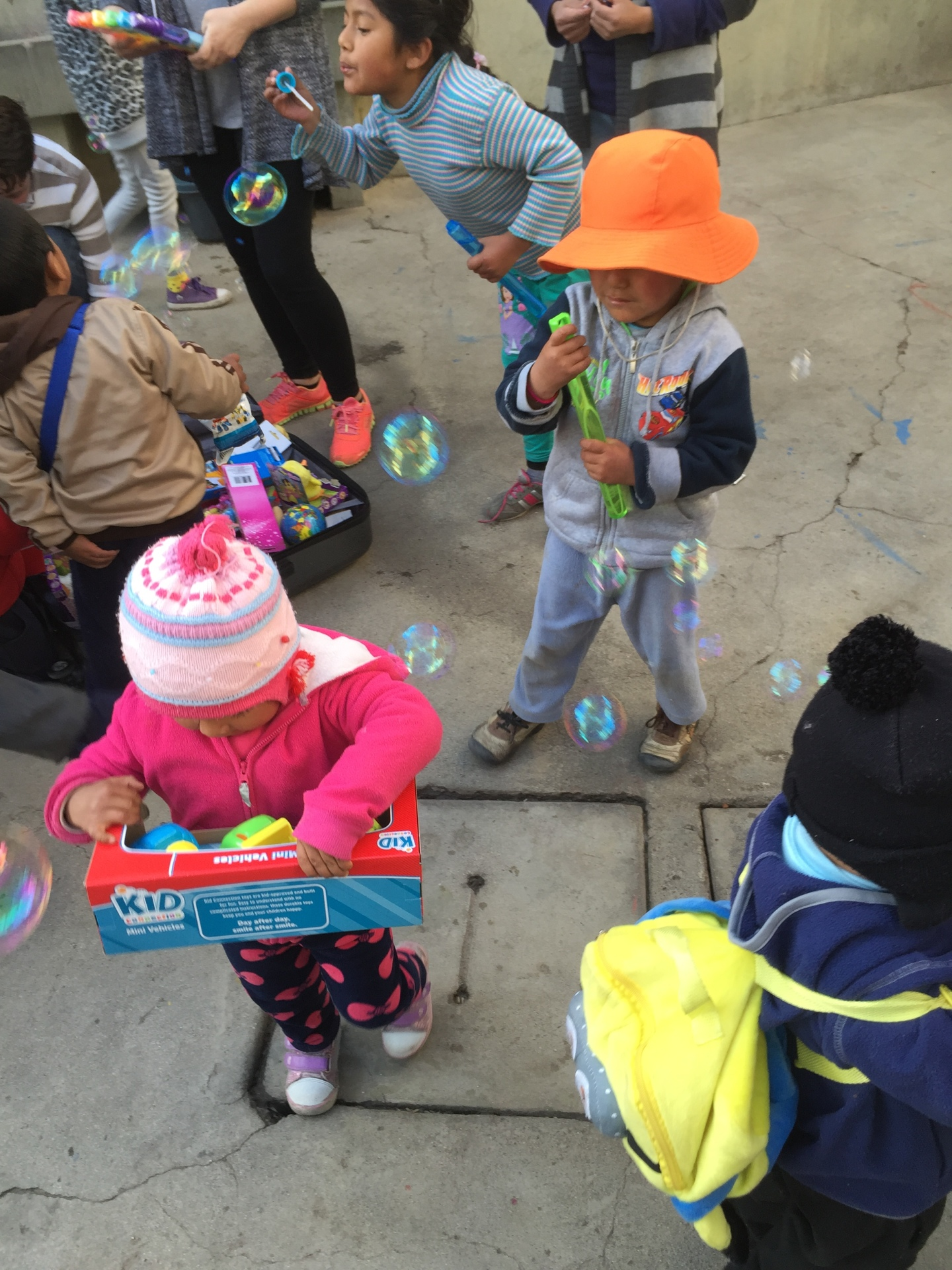 Niños playing with their new toys